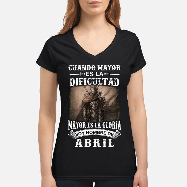 Cuando mayor es la dificultad mayor es la gloria soy hombre de Abril T-shirt com decote em v